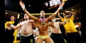 Michael Phelps casi se desnuda en torneo