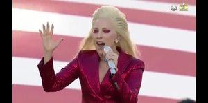 Lady Gaga se luce cantando el himno de Estados Unidos
