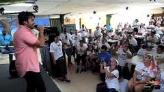 Luis Fonsi visita el MDA Camp
