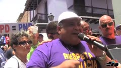 Polic�as protestan frente a La Fortaleza