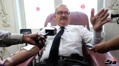 Gobernador dona sangre para policías heridos