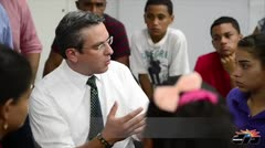 Gobernador visita escuela Luis Mu�oz Mar�n