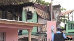 Asesina padres de vecina e incendia la casa
