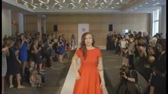 Sobreviviente de meningitis desfila en la Semana de la Moda de Nueva York