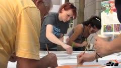 Sobrevivientes y pacientes de cáncer expresan sus emociones en pintura