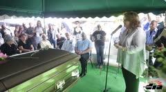 Amigos y familiares en el sepelio de Christoffer