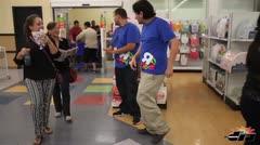 Con shoppers en mano en Toys R Us