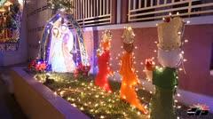 Creativa decoración navideña en vecindario de Carolina