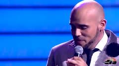 Aaron Emanuel le canta Escondidos a su novia