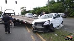 Persecución policiaca termina con carro volcado
