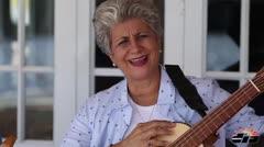 Excontralora se apasiona por el cuatro puertorriqueño